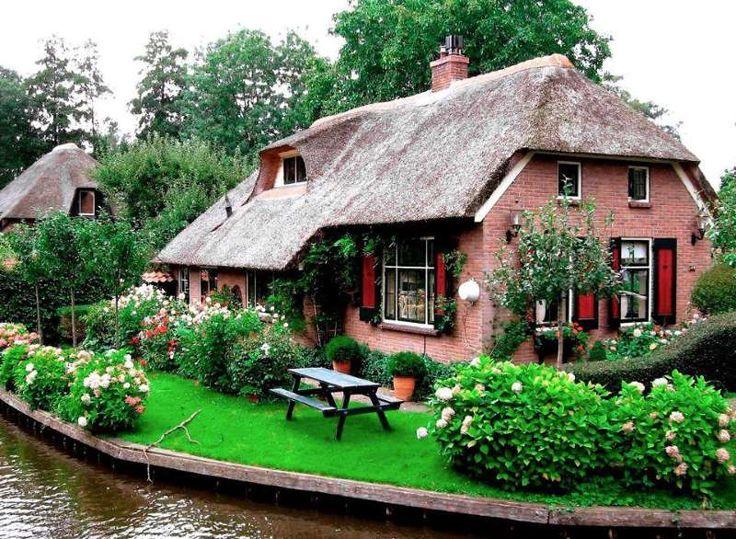 Μαγευτικό χωριό χωρίς δρόμους στην Ολλανδία μοιάζει βγαλμένο από παραμύθι via @enalaktikidrasi