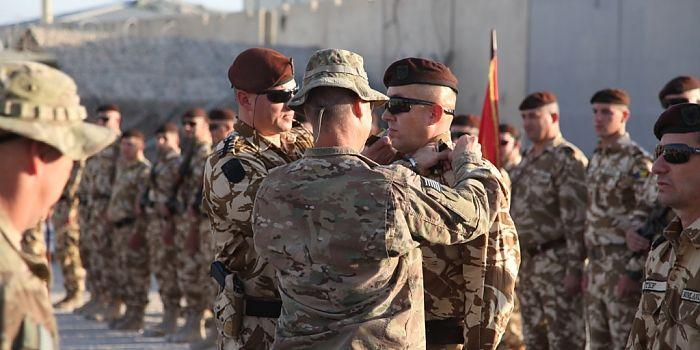"""ÎNAINTĂRI ÎN GRAD LA KANDAHAR ♦ Miercuri, 30 septembrie, în Baza Aeriană Kandahar, s-a desfăşurat ceremonia de înaintare în grad a """"Dragonilor Transilvani"""""""