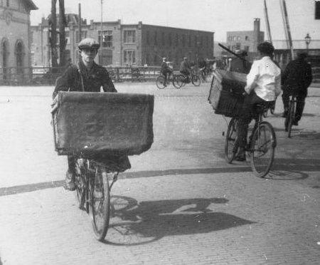 Bakker Floor op de transportfiets bij het oude station aan het Smallepad.