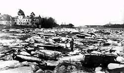 Jäiden lähtö Oulujoesta toukokuussa 1929. Valokuva Omar Sandman.