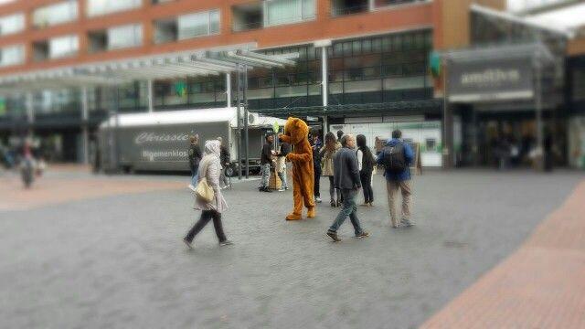 De Uitdeelbeer loopt over het Amstelveense Stadshart