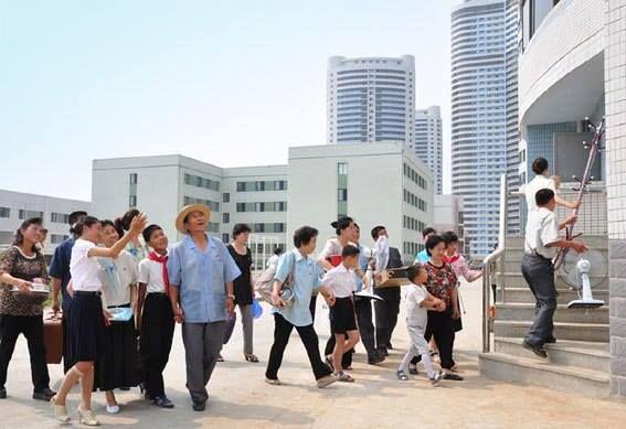 Familias norcoreanas, durante la mudanza a sus nuevos hogares en rascacielos residenciales de Pyongyang (2012). La vivienda en la RPD de Corea es un Derecho Humano Fundamental, garantizado en la teoría y en la práctica y 100% gratuito. Esta es una de las muchas bondades, de un sistema Socialista.