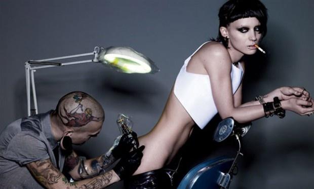 CIA☆こちら映画中央情報局です: The Girl with the Dragon Tattoo : デヴィッド・フィンチャー監督のリメイク版「ミレニアム」の第1章「ドラゴン・タトゥーの女」の予告編を盗撮したように加工した海賊版風の予告編を流出を装い、初公開したと言われるソニー・ピクチャーズが、自作自演の汚名をそそぐため?!、海賊版風ではない普通の予告編を前倒しでリリース!! - 映画諜報部員のレアな映画情報・映画批評のブログです