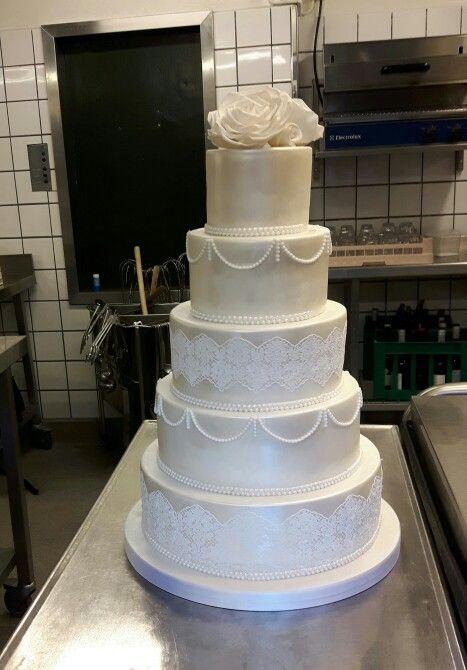 En elfenben farvetone etager bryllupskage. En glans og blonder etager bryllupskage med håndlavet sukker blomster på toppen af kagen.  Læs mere og bestil jeres bryllupskage på www.bakemydaydk.com