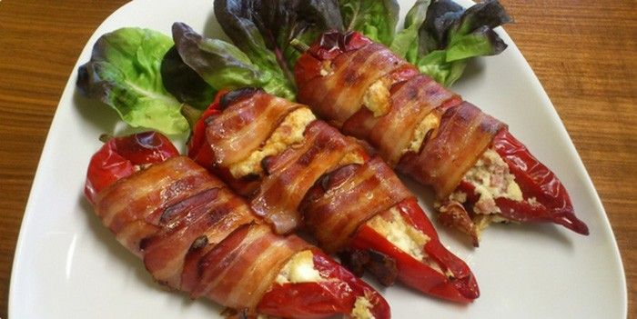 Plněná paprika obalená slaninou Skvělé hlavní jídlo. Křupavý obal ze slaniny a nádivka v paprice - prostě neodolatelná pochoutka. Dobrou chuť!