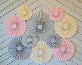 Rosa, gris y crema Set de 10 (diez) fans/rosetas de papel, decoraciones para Baby Shower niña, fiesta de cumpleaños o boda