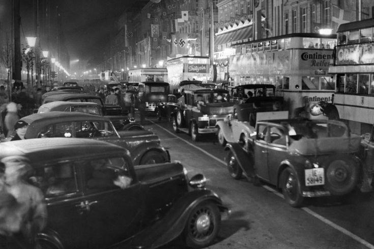 Eine Stadt im Wettkampffieber: Auf dem Boulevard Unter den Linden staute sich waehrend der Spiele der Verkehr,denn schliesslich waren mehr als 100.000 auswaertige Besucher vor Ort.(Berlin 1936)