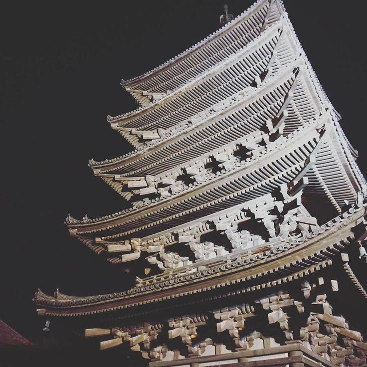 夜の興福寺必要なところだけライトアップされている美しくしさが際立ち昼間より好きでした #奈良 #日本 #nara #japan #japantrip #アトリエ由花 #国内旅行 #寺院 #旅行好きな人と繋がりたい #旅行好き