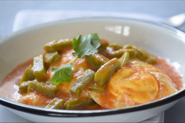 Huevos ahogados en salsa de tomate y chile pasilla. Esta fácil y rica receta para consentir a todos en el desayuno, es económica y rápida de preparar.