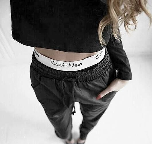 Casual and sporty look: trousers with slightly lowered waist and leather look ….