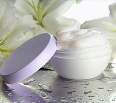 Feuchtigkeitscreme selber machen - bewahrt trockene Haut vor Feuchtigkeitsverlust und Fältchen.