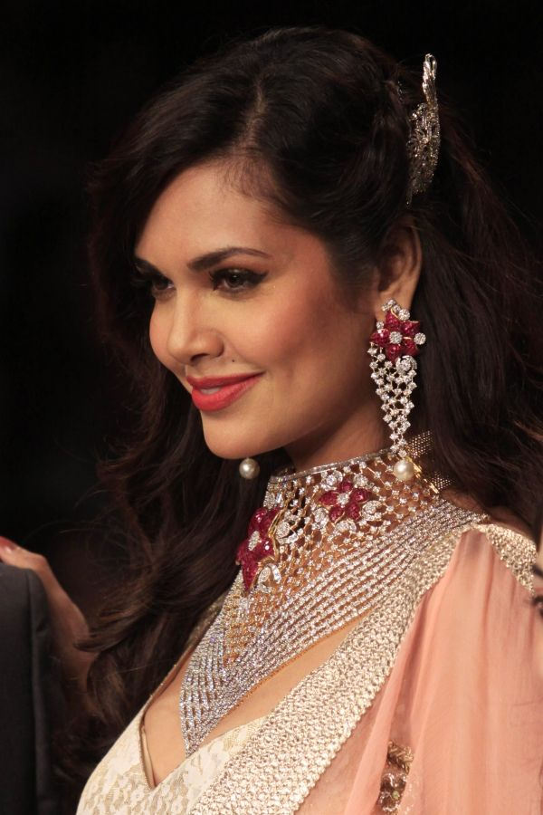 Downlaod Graceful &amp- Beautiful Esha Gupta Wallpapers ! | HD ...