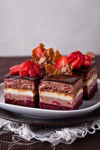 """""""The enchanteur """" – так гласит название этих соблазнительных пирожных. Меня они просто покорили!:) Нежные, невесомы как облачко, тающее во рту шоколадное парфе и…"""