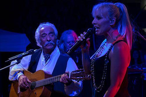 29-6-2015 Και η ζωή συνεχίζεται... Κώστας Χατζής - Πέγκυ Ζήνα. Από την συναυλία τους στο Ίλιον.