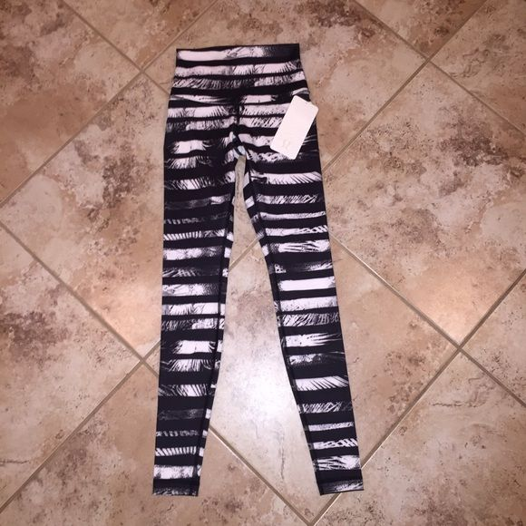 ⚡️FLASH SALE $90! NWT LULULEMON WUNDER UNDER PANT ROLL DOWN FULL ON LUONI've already priced this far lower than anyone else I've found. Most are selling over retail because it is sold out. lululemon athletica Pants