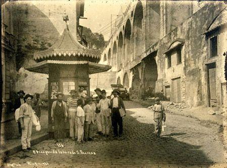 """""""Quiosque da ladeira de Santa Teresa"""". Ao fundo, os Arcos da Lapa. Rio de Janeiro, 1911."""