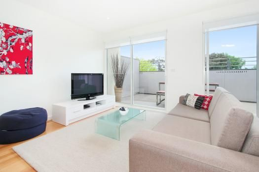 18/8-10 Durrant Street, Brighton, Melbourne. This centrally located luxury Brighton apartment suite is the ultimate in Brighton accommodation. Stylish in its design with abundant natura...