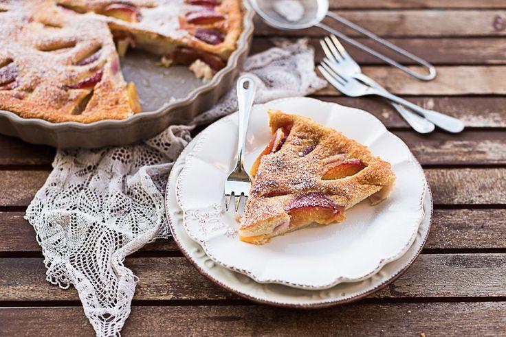 Il clafoutis alle pesche è una versione estiva del tipico dolce di origine francese, provate a usare le pesche nettarine dal gusto dolce acidulo.