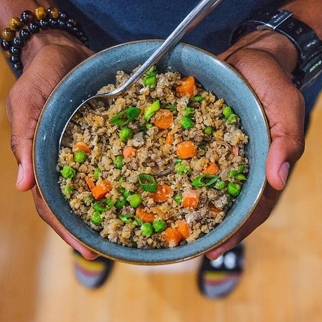 "Tonight I used leftover raw cauliflower rice and leftover lean ground lamb to make some cauliflower fried rice in 15 minutes! I published a quick step-by-step video using the Wheel app that I shared on my Twitter (@fitmencook). You can also find the cauliflower fried rice recipe on @menshealthmag #CookandChisel program - just click link in my bio. Boom. (traducción abajo) ---------------------- Esta noche utilicé sobras de arroz de repollo y sobras de cordero molido para preparar ""arroz""…"