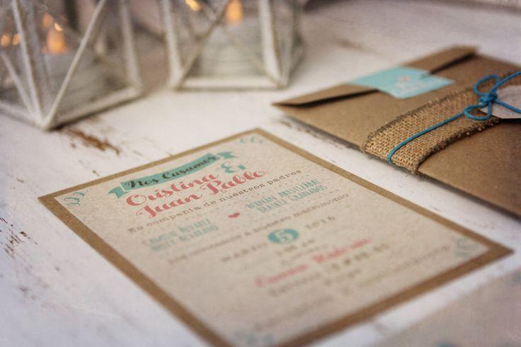 invitación de boda rustica con sobre y cierre en yute