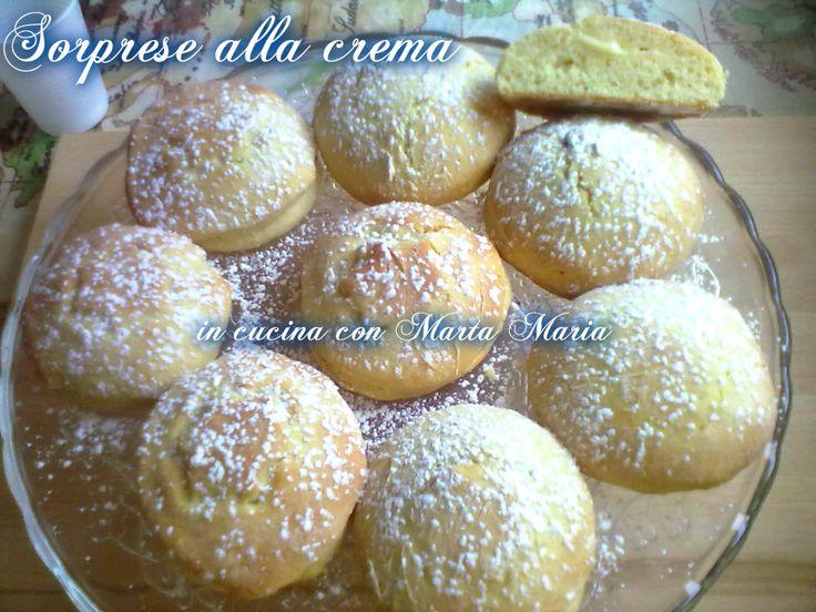 Le sorprese alla crema sono composti da una morbida pasta frolla fatta con la ricotta e ripiena di una deliziosa crema pasticciera.