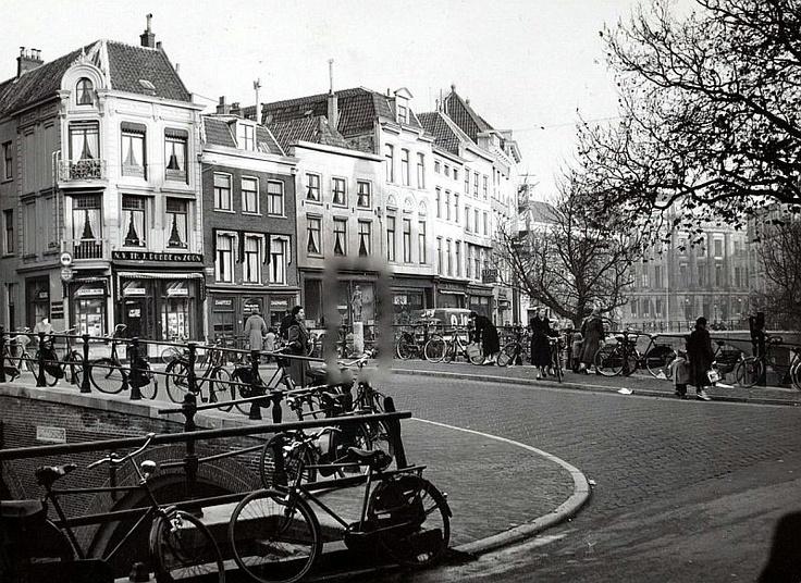 Bakkerbrug 1955 met standbeeld van Trijn van Leemput gemaakt door de Utrechtse beeldhouwer Pieter d'Hont (1917-1997)