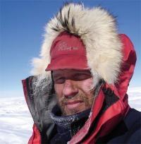 El explorador de regiones polares desde 1985 Ramón Larramendi, recorrerá más de 3.500 kilómetros de continente antártico en un trineo impulsado únicamente por la fuerza del viento, gracias a sus gigantescas cometas de 80 metros cuadrados de superficie lo que supone un aumento de la distancia de tiro de 300 a 500 metros
