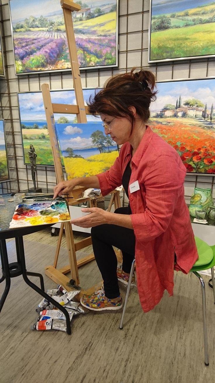 Kunstmalerin Ute Herrmann | Im Midtjyllands Kunst Center präsentieren Maler, Bildhauer und Töpferer ihre Werke. Hier die deutsche Malerin Ute Herrmann an der Staffelei mit ihren Ölfarben.