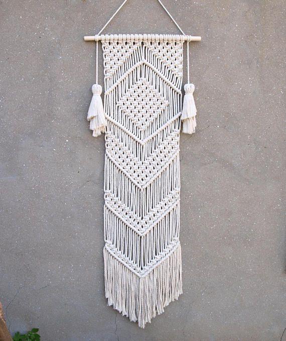 KLAAR VOOR SCHIP--- Macrame muur opknoping Kleur: gebroken wit. Materiaal: ongebleekte katoenen touw, hout. Lengte van de houten ca. 50 cm (19.5 inch); macrame doek ca max 135 x 35 cm (53 x 13,5 inch). Meer macrame wandkleden https://www.etsy.com/shop/PapuShoi?section_id=19482238 Als je nog vragen hebt, neem dan gerust contact met mij op.