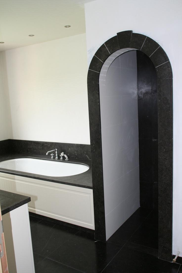 Ronde toog met hardstenen afwerking als entree naar de douche badkamer idee n bathroom ideas - Badkamer ideeen met douche ...