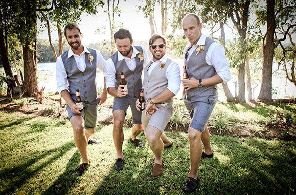 Noivo de bermuda? SIM! Leia mais neste artigo! Nesta inspiração, padrinhos e noivo de bermuda, pra curtir o grande dia com conforto, frescor e muito estilo!