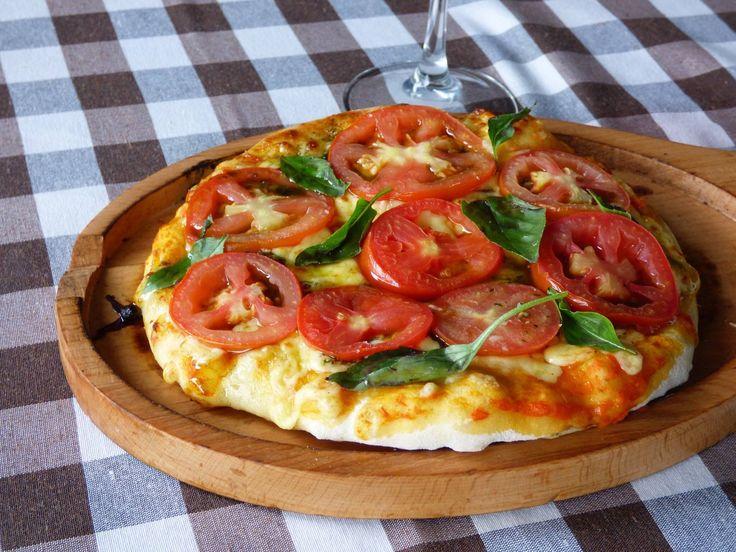 ¡Déjate consentir por nosotros! ¿Qué te parece una nuestra pizza? Imagínate… horno de leña, recién hecha  y por supuesto con el toque especial de la casa. ¡Seguro pedirás más de una!  ¿Qué esperas? ¡Ven a comer con nosotros!