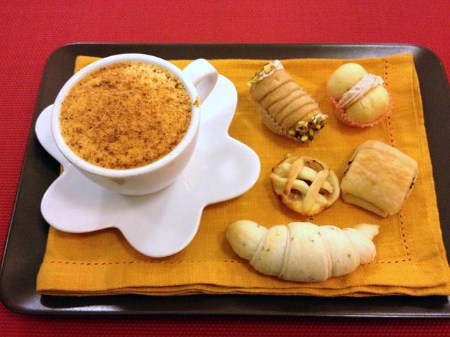 """Prima colazione: """"Cappuccino di zucca Mantovana'"""" Con piccola pasticceria salata: """"crostatine"""" al bacon """"Baci di dama"""" al tonno """"Croissant"""" al rosmarino Pan au """"chocolive"""" - chef Maurizio Pinto"""