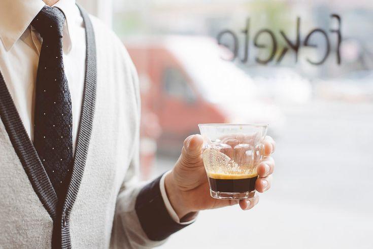 A város egyik legszebb körútján sétálva, műemlék épületek és számos vendéglátóhely között találunk rá a Fekete kávézóra, az egyik legújabb Fenntartható Vendéglátóhelyre..