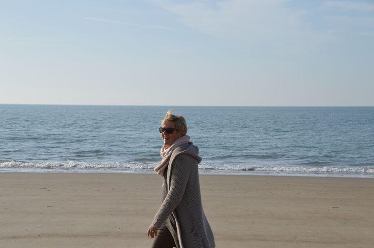 Een toevallige wandelaarster op het strand??