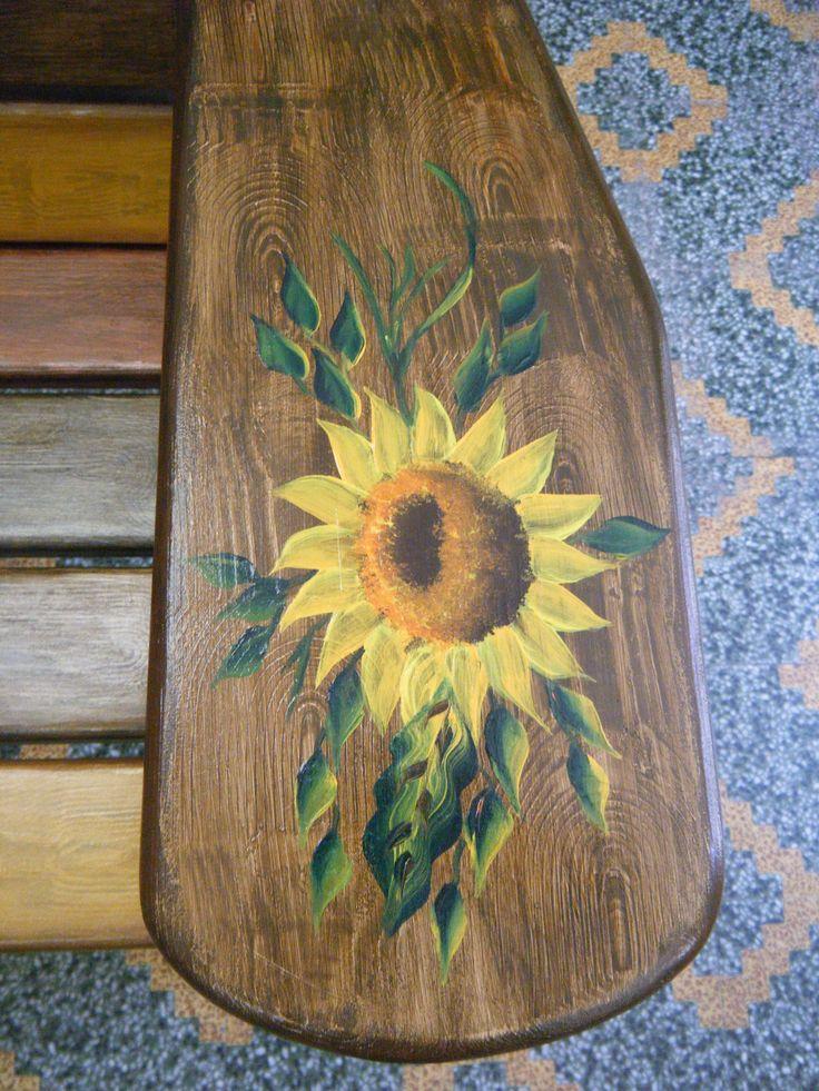 Το φαρδύ μπράτσο από το παγκάκι, με διακοσμητική ζωγραφική .