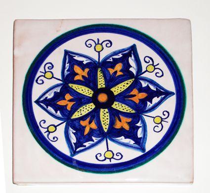 #Piastrella in #ceramica realizzata con la tecnica della decorazione della #maiolica.