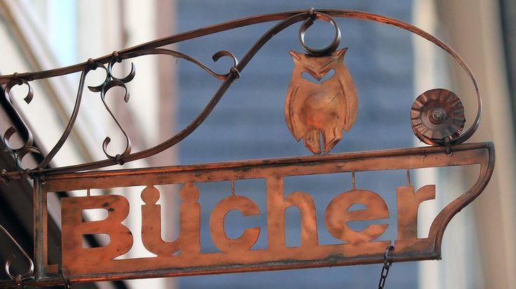 Beste Buchhandlung in Deutschland: Schild an einer Buchhandlung in Salzwedel