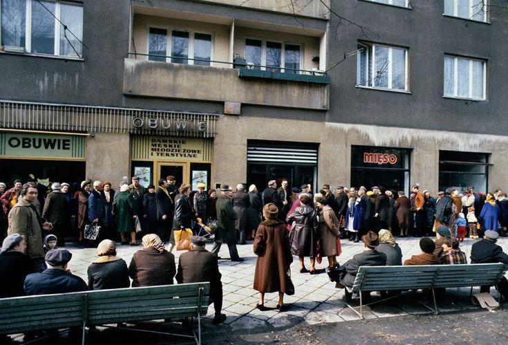 Kolejki do sklepów, Lata 80., Polska. Foto © Chris Niedenthal