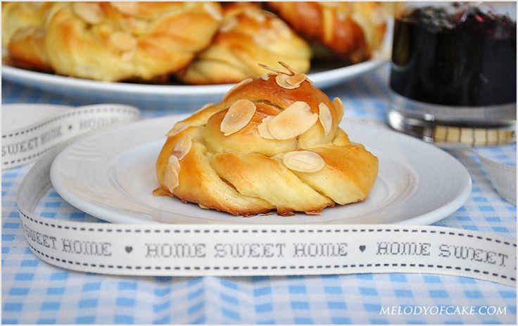 Almond twisted buns - recipe