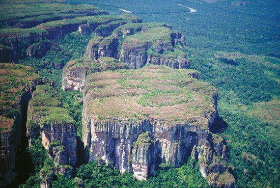 Tapuyes de la Serranía de Chiribiquete.  Caquetá, Colombia - Parque Nacional Natural Serranía de Chiribiquete. La Sierra de Chiribiquete ó Serranía de Chiribiquete, es una meseta rocosa en la región amazónica colombiana originada a partir del Escudo Guayanés.
