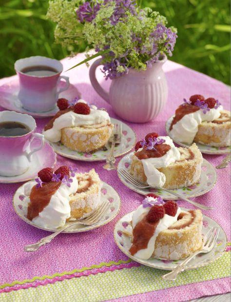 Baka en rulltårta och fyll den med rabarber. Ett recept som ger 10 oemotståndliga små bakverk.