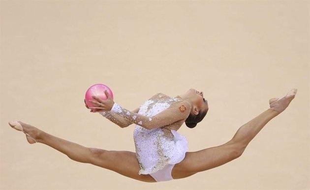ILN22. LONDRES (REINO UNIDO), 11/08/2012.- La rusa Evgeniya Kanaeva compite en el concurso múltiple individual de gimnasia rítmica de los Juegos Olímpicos de Londres 2012, en Londres, Inglaterra, hoy, sábado, 11 de agosto de 2012. EFE/Sergei Ilnitsky