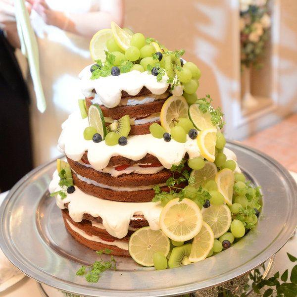 ナチュラルさが魅力のネイキッドケーキの中でも、卒花嫁さまたちのこだわりがつまったクリームをたっぷり使ったケーキをピックアップしました。とろーりと垂れるクリームケーキたちは、写真に残しておきたい!と思うほど可愛い見た目がケーキカットを盛り上げてくれること間違いなしです。
