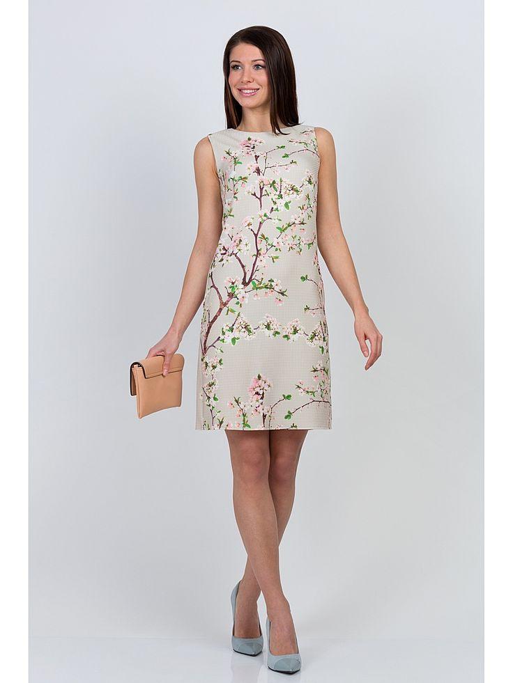 Легкое приталенное платье бежевого цвета с нежным цветочным принтом. Ткань мягкая с оригинальной текстурой, очень приятная к телу. Платье без подкладки, на спинке застежка-молния. Отличный вариант на повседневную носку, хорошо сидит по фигуре, благодаря эластичности ткани мягко облегает силуэт.  Рост фотомодели 170 см.