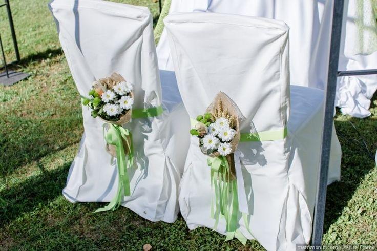 Sedie per gli sposi con fiori e nastro verde Greenery