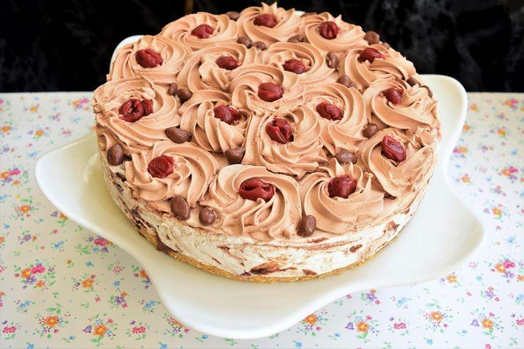 Chiar îmi era dor de gustul unui cheesecake și cum aveam niște brânzeturi prin frigider, n-am mai stat pe gânduri și am încropit rapid un cheesecake marmorat cu ciocolată și vișine. E ceva mai complexă rețeta față de un cheesecake simplu, prin natura și […]