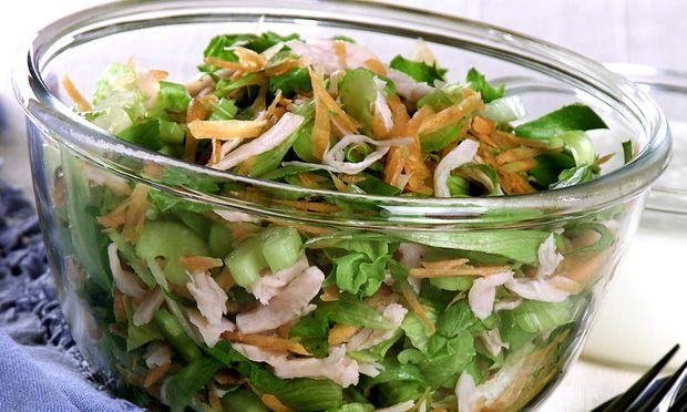 Salada de folhas com peito de peru com molho de iogurte