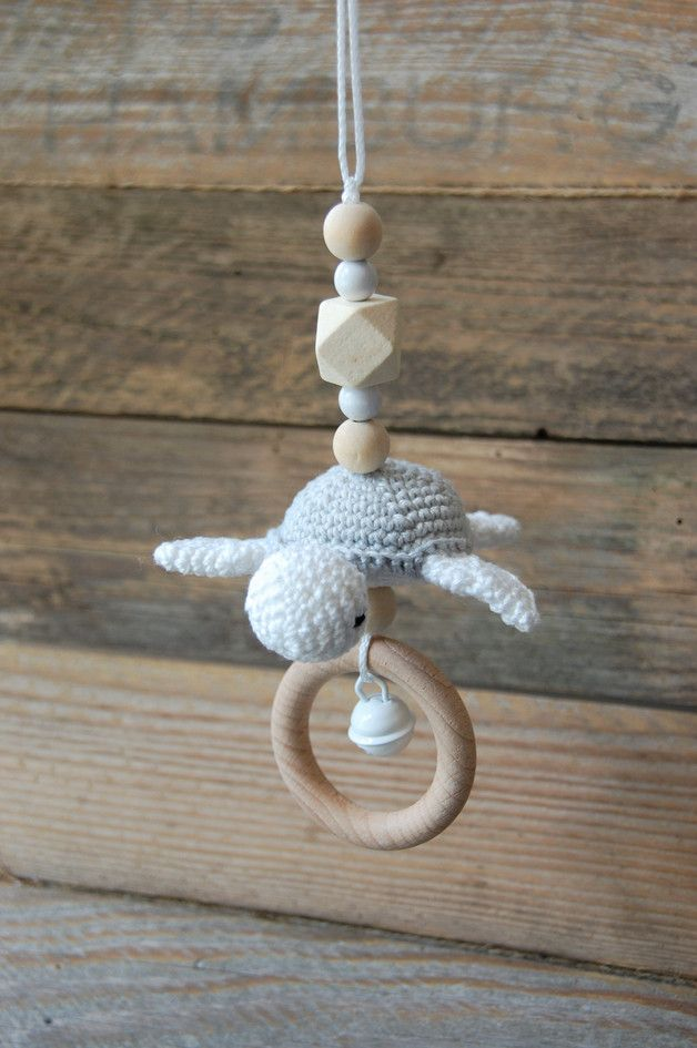 Kinderwagenanhänger gehäkelte Schildkröte als Geschenkidee zur Geburt und Taufe / crocheted amigurumi turtle for the baby buggy made by StolzeVita via DaWanda.com
