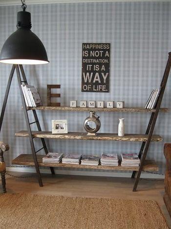 二股の棚を2つ組み合わせて棚板を渡すアイデア。 棚板の長さを自由に決められる使い勝手の良さと、その存在感でインテリアの中心になる使い方ですね。無造作に置かれた本までがお洒落なインテリアの一部に。